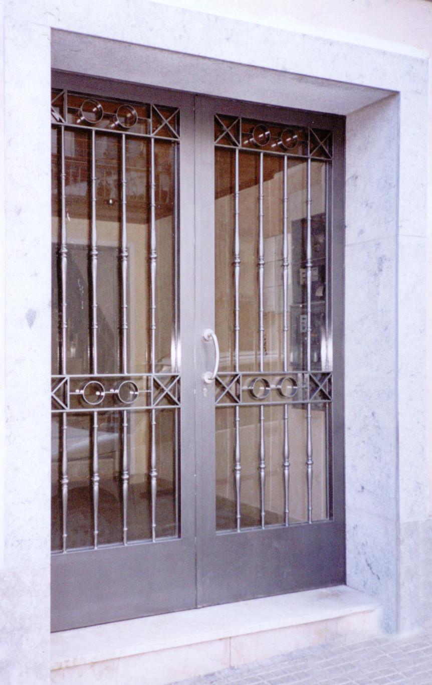 Entrada de vivienda for Puertas de entrada de hierro